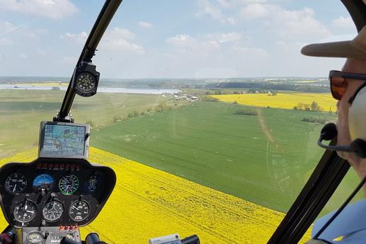 Hubschrauber fliegen zur Rapsblüte